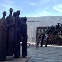 Oslo Konserthus med Turid Eng´s skulptur fra 1984 HEPTAKORD