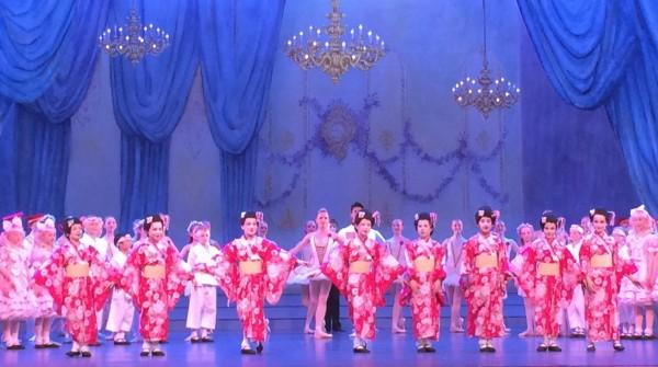 Applause med små geishaer i front. Arr. Aranka Sestak. Foto Tomas Bagackas