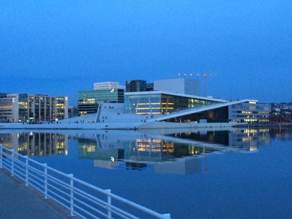 Den Norske Opera og Ballet, Bjørvika, Oslo i vakkert kveldslys, nettopp på det tidspunkt hvior publikum ankommer til kveldens forestilling i en kald februar måned.. Foto Henning Høholt, 21.2.2015