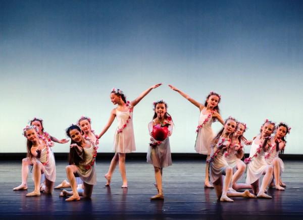 EVA av Natalia Gordeeva, musikk Francis Lai. Innstudert av Larissa Sarenkova. I midten Emilie Wiesner. Ballettskolen 50 år.Foto Erik Berg