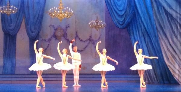 I midten Sven Bjarne Les Lothe, som fikk 100.000 kr Joan Harris stipend, med 4 dansekollegaer. Foto Henning Høholt