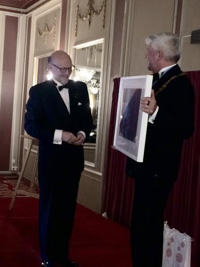 Kjetil Bang Hansen får Parelius prisen og et bilde av Hilde Verem av Kunstnerforeningens leder Bjørn Birch    <div title=